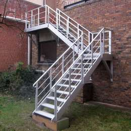 Stairs are the preferred solution for collective evacuation or access. All our staircases are produced from lightweight aluminum. Different layouts and types are available.