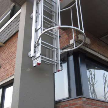 Burglar-resistant solution with a clutter-free zone up to 3m. Aluminium ladder counterbalanced with counterweights for a smooth opening. Can be released from above or below. It can be equipped with a cage or be used as an extension of another structure.
