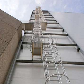 Cage ladders longer than 30ft or 10 m need to be composed of multiple flights and rest landings (ISO 14122-4 standard).