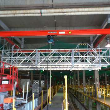 Pont suspendu mobile dans une usine - Building Maintenance Unit