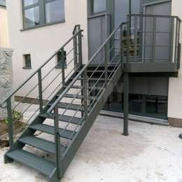 Painted metal stairs for building access, in aluminum.