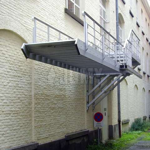 Counterbalanced stairs with a retractable flight for the optimal use of space and improved security / anti-intrusion.