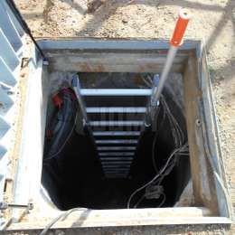 Well ladder equipped with a telescopic handle for a safe entrance and exit from the manhole.