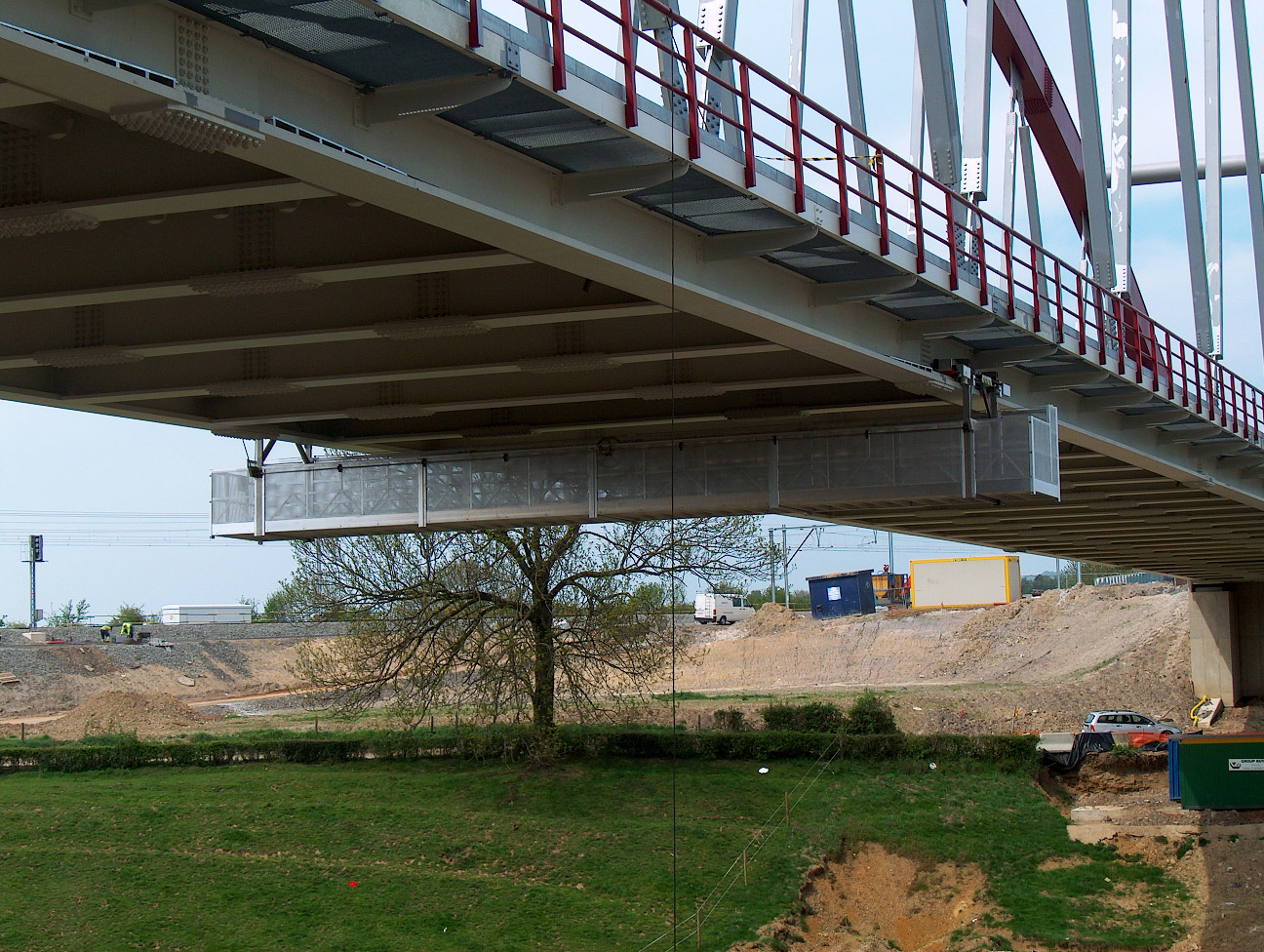 A JOMY gantry in aluminum under a bridge