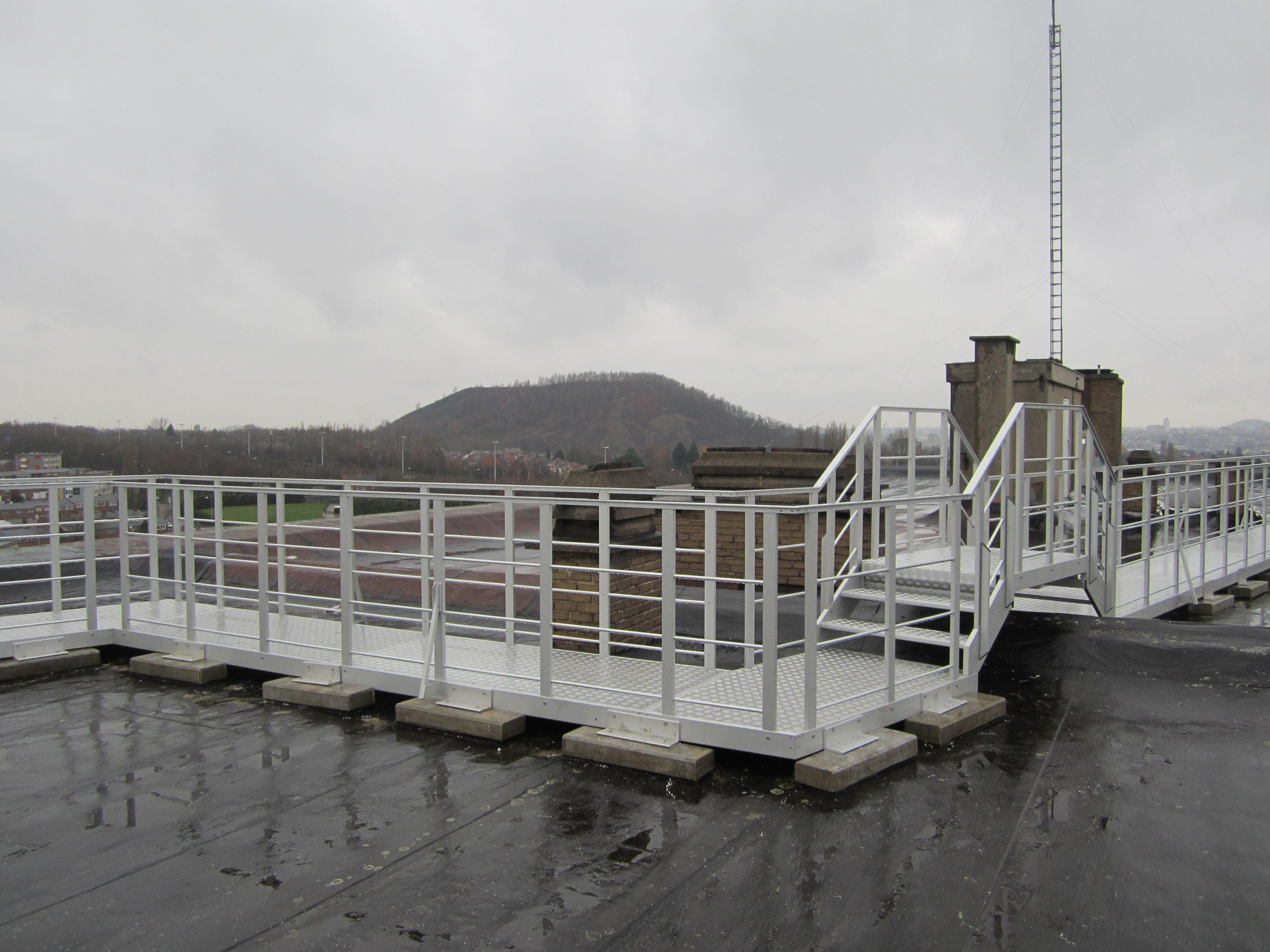 A large JOMY aluminum walkway on a rooftop