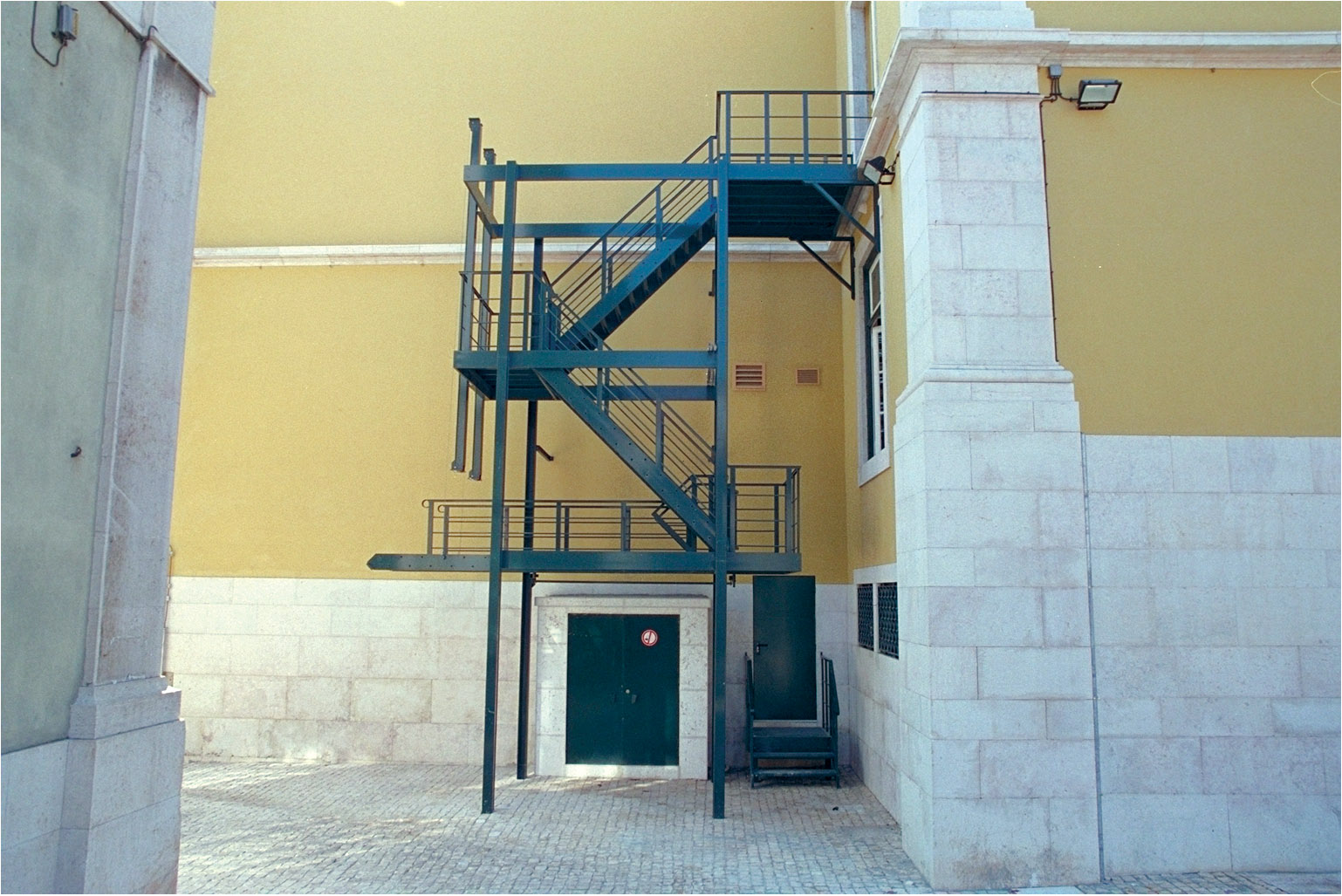 Counterbalanced stairs with cable and pulley