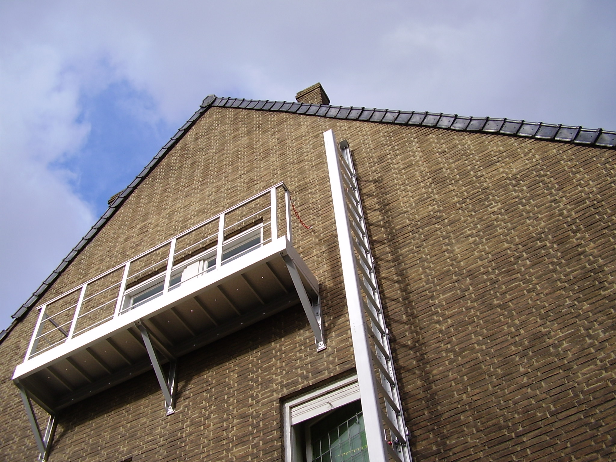 Aluminum access balcony to a retractable ladder