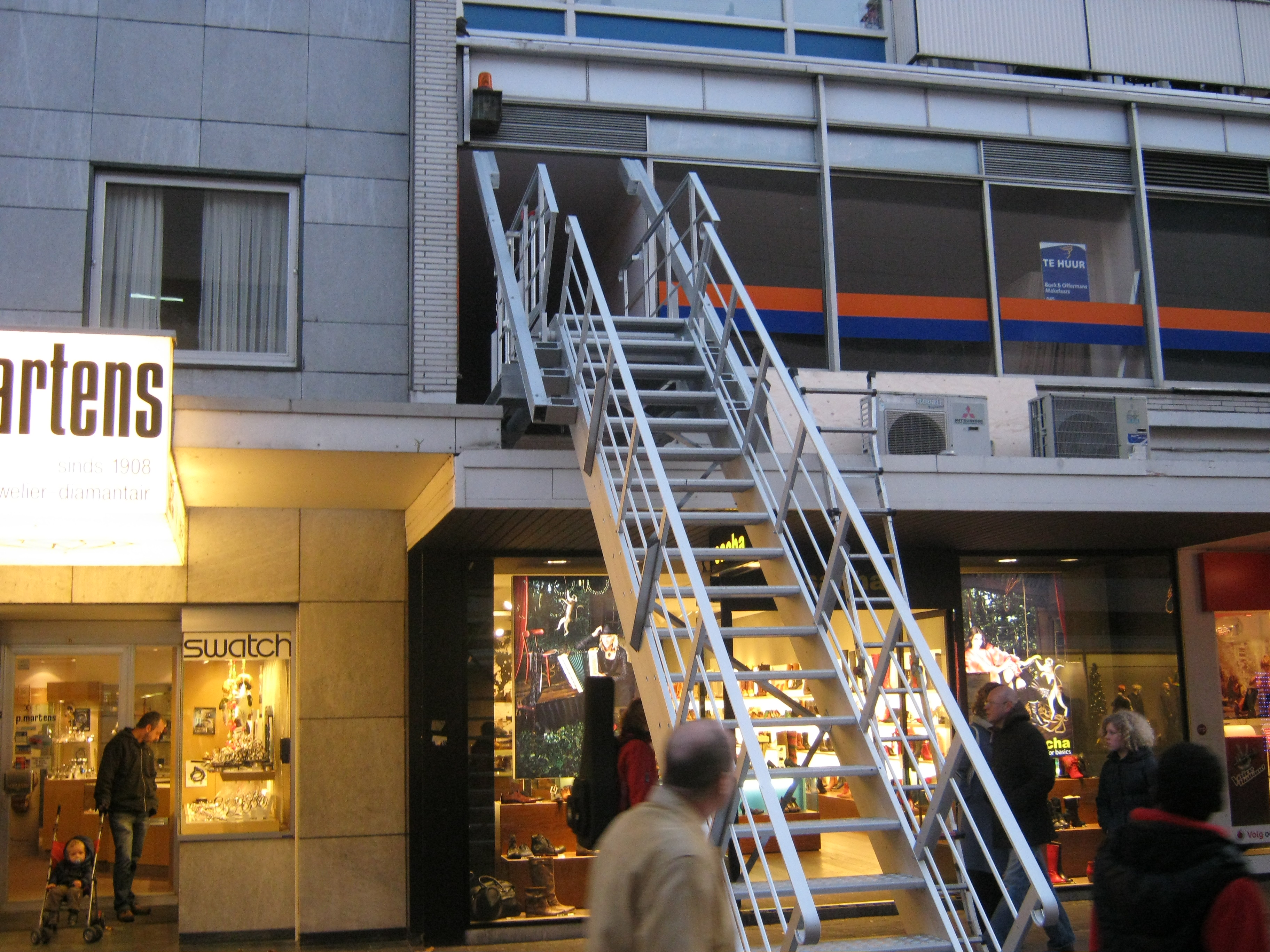 JOMY retractable stairs in a shopping street one