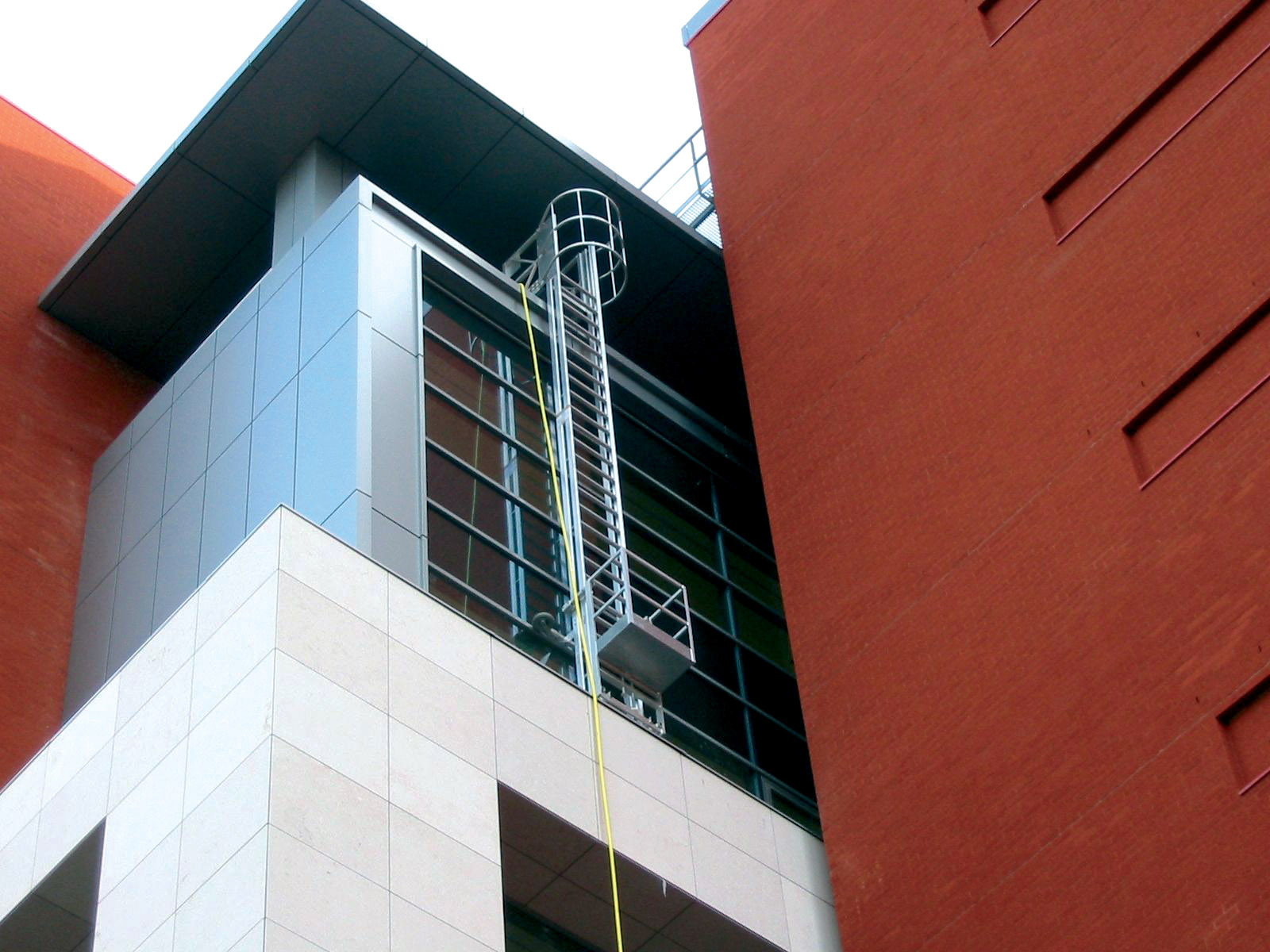 Mobile hangladder with gantry