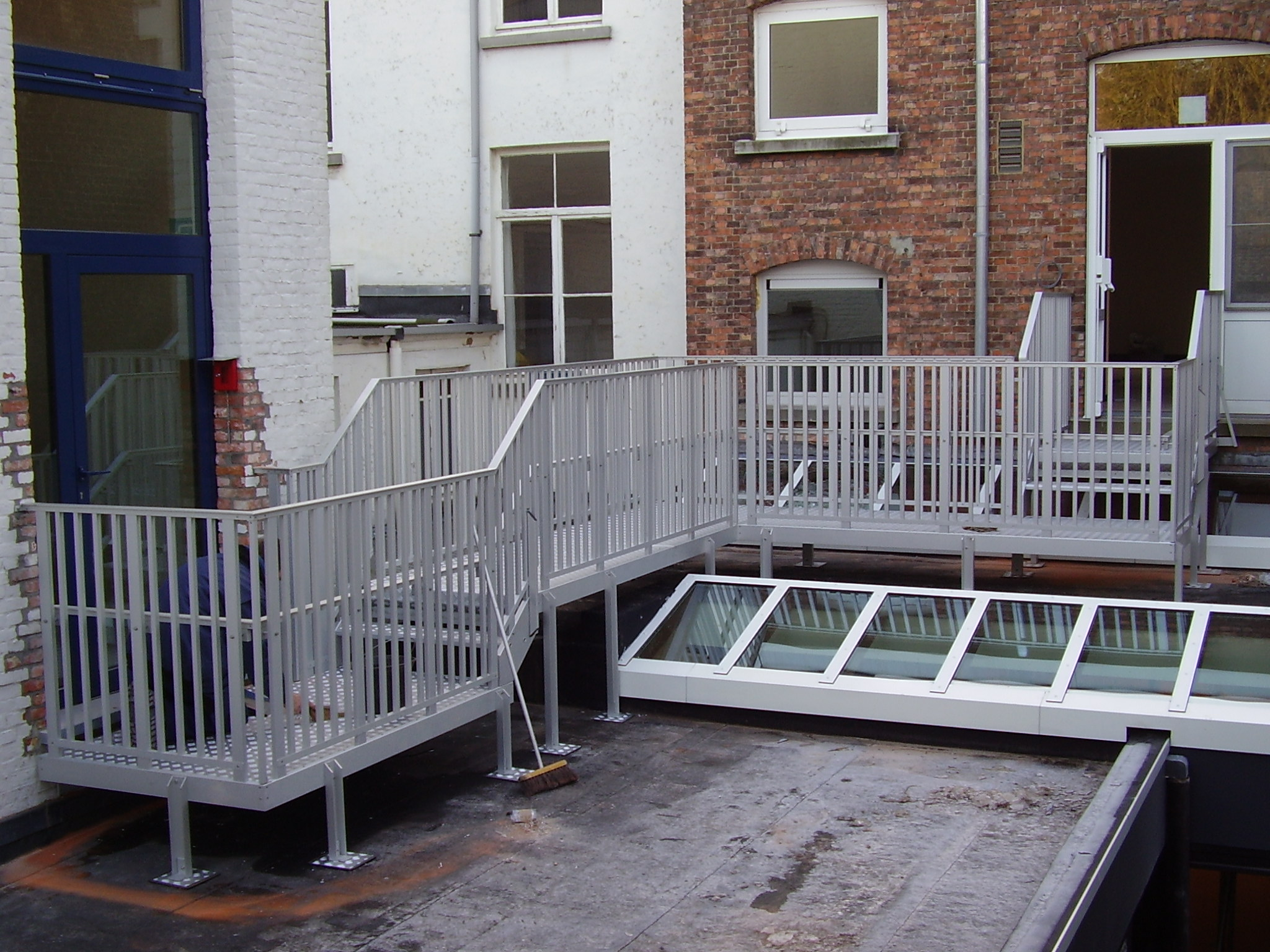 Outdoor aluminum roof walkway