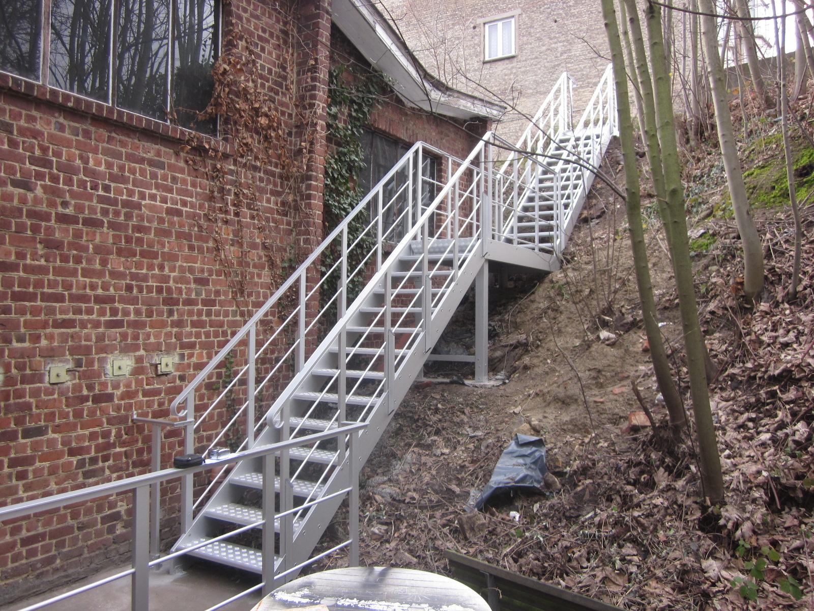 Escaliers de secours en aluminium et sur mesure pour l for Escalier en aluminium exterieur