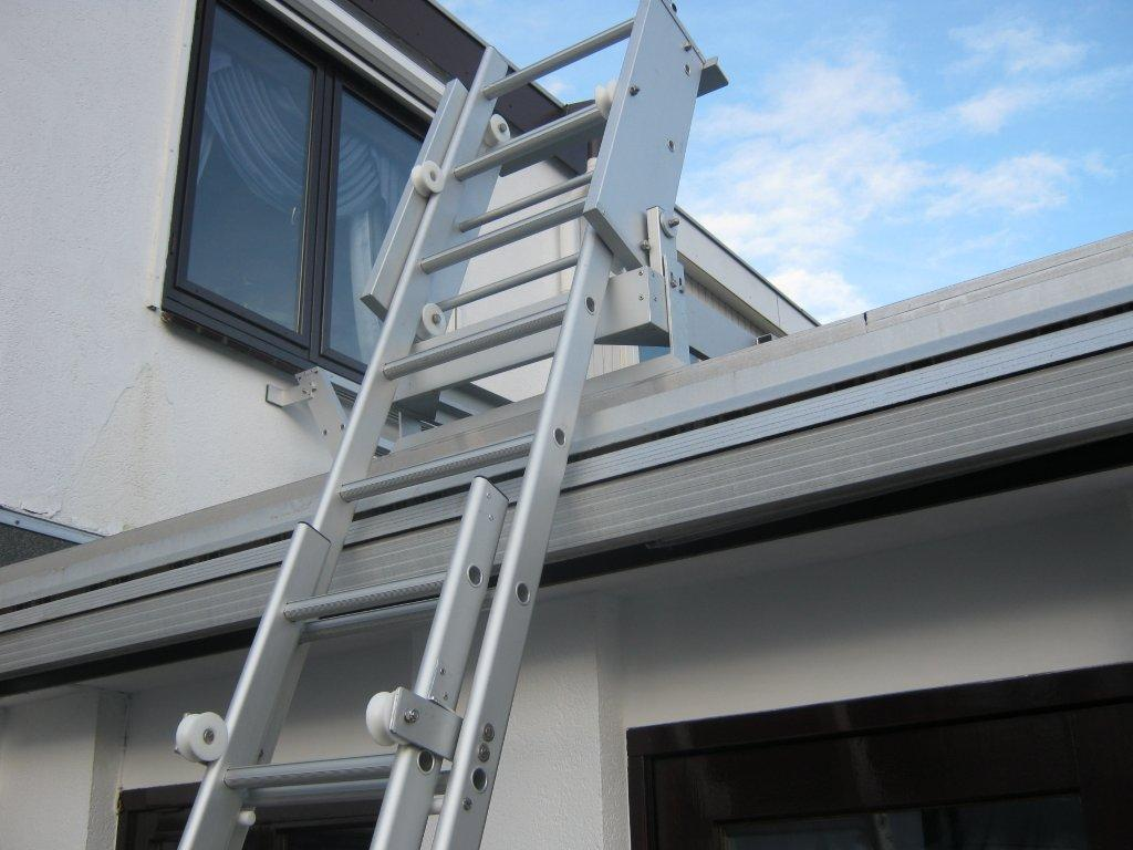 Aluminum gliding ladder in deployed state