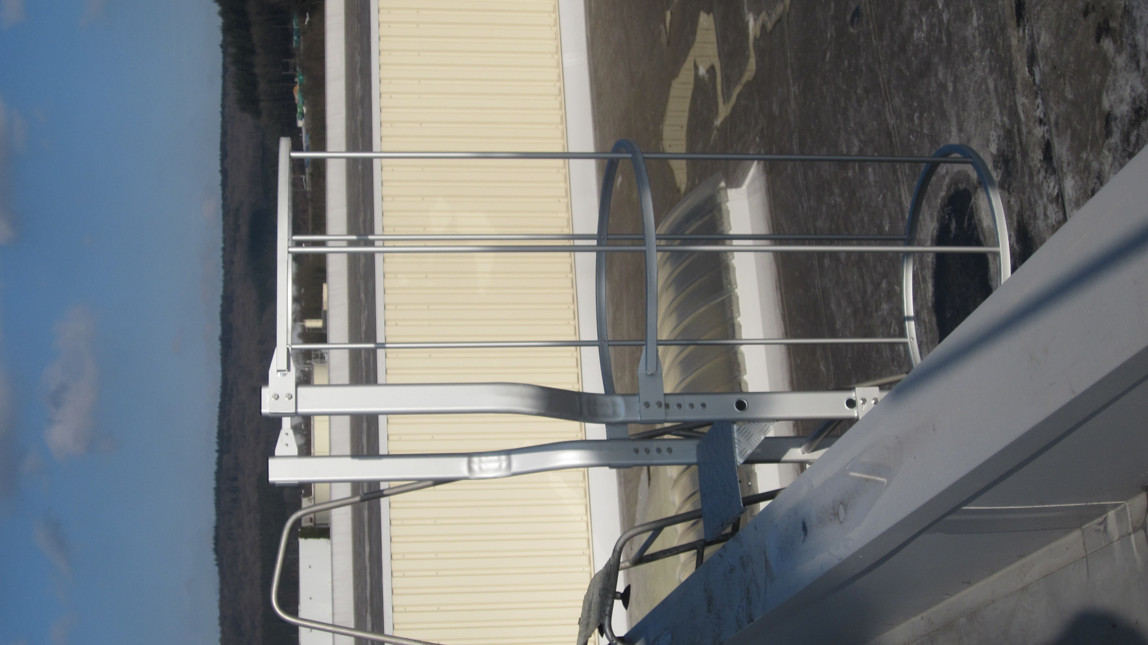 Pararapet entry to a fixed JOMY ladder in anodised aluminum