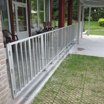 Guardrail in anodized aluminum fixed on the floor and wall.